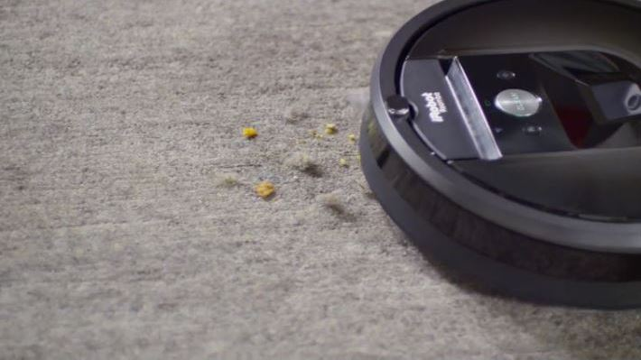 Robot asiprateur nettoyant une moquette sale