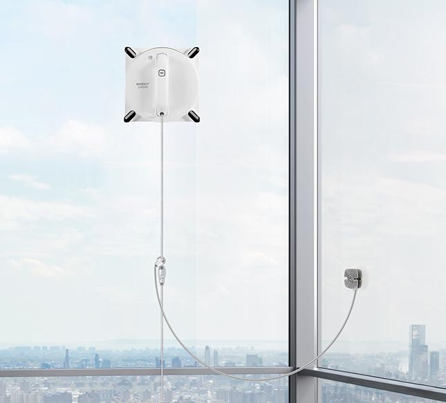 ECOVACS WINBOT 950 accroché à un immeuble et attaché avec son câble de sécurité