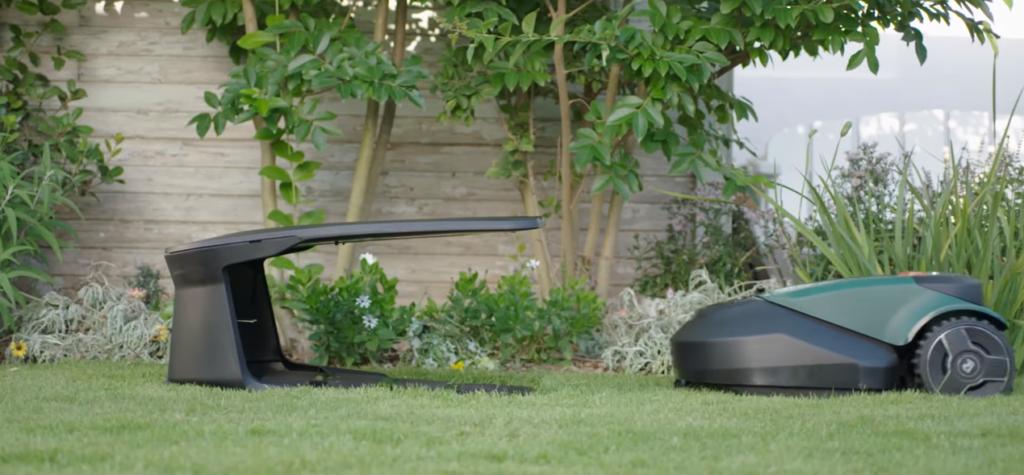 Le Robomow RS 615 et sa station de recharge