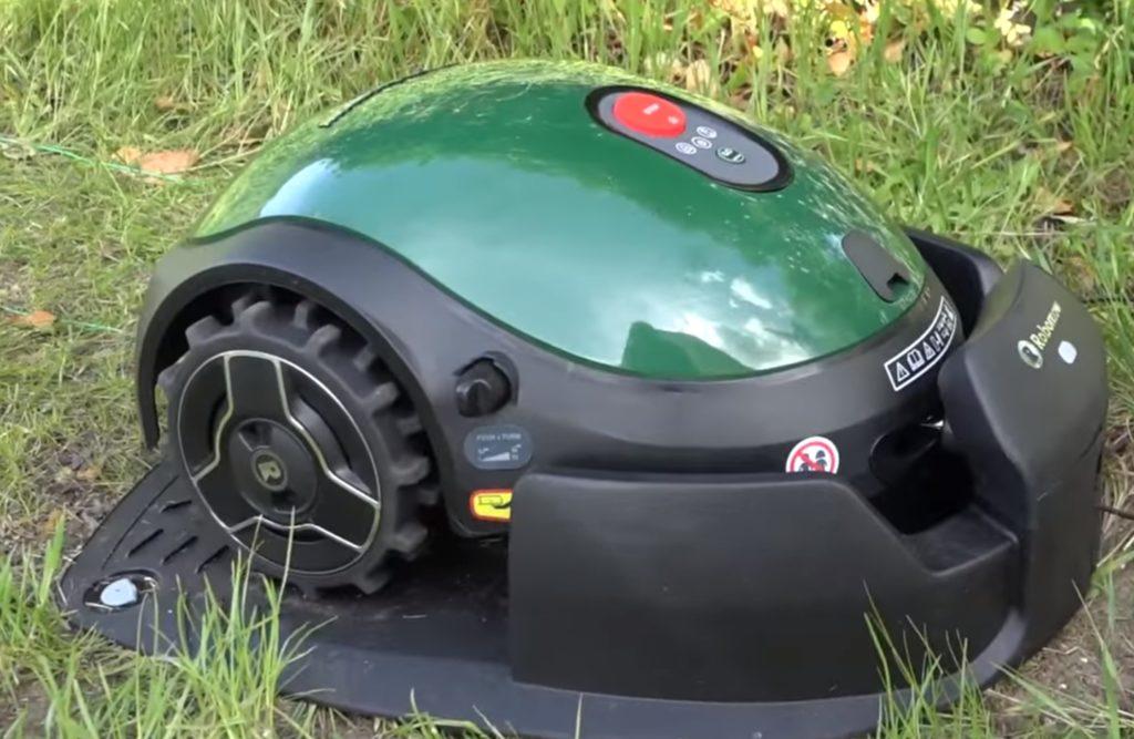 Robomow RX20 sur sa station de recharge