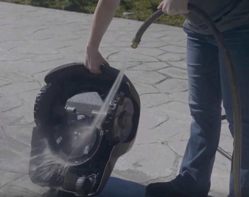 Nettoyage à l'eau d'un robot tondeuse
